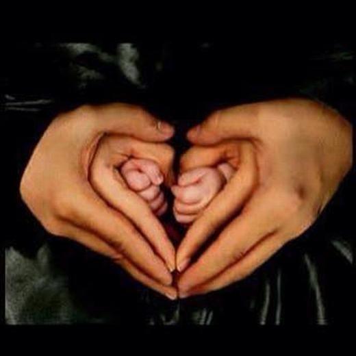 """""""Đây là hình trái tim. Hiện giờ, tim của tớ bé nhất nên được xếp ở trong cùng. Sau này, khi tình yêu của tớ lớn như ba và mẹ, tớ cũng sẽ che chở, yêu thương cho em bé như ba mẹ đã từng"""". (Ảnh: Internet)"""