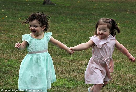 Các bé vui chơi với nhau cực kì hồn nhiên, không có dấu hiệu cho thấy sự phân biệt bệnh tật. (Ảnh:Laura Kilgus)