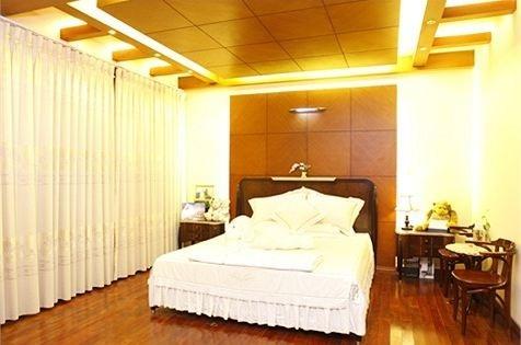 Phòng ngủ ấm áp với thiết kế đơn giản là nơi cô nghỉ ngơi sau mỗi ngày dài làm việc. - Tin sao Viet - Tin tuc sao Viet - Scandal sao Viet - Tin tuc cua Sao - Tin cua Sao
