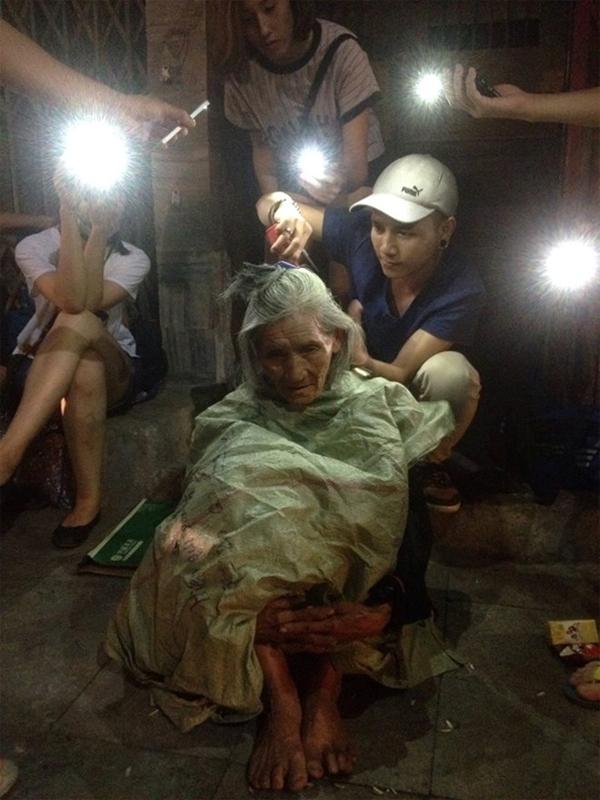 Chàng trai cắt tóc cho người vô gia cư trong đêm khuya. Ảnh: Quân Bò.