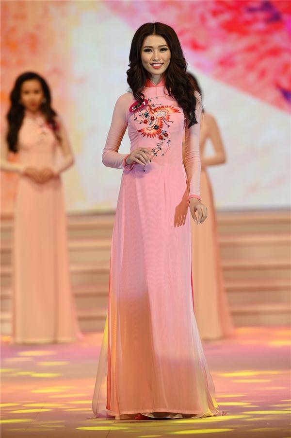 Trang phục truyền thống của các thí sinh do nhà thiết kế Thuận Việt thực hiện. Những tà áo dài được thực hiện trên nền vải trơn, đơn sắc điểm xuyết bằng họa tiết thêu tay cầu kì, tinh tế. Màu sắc của các thiết kế cũng được thay đổi theo từng nhóm thí sinh gồm: hồng, xanh, vàng, xanh lá, cam…