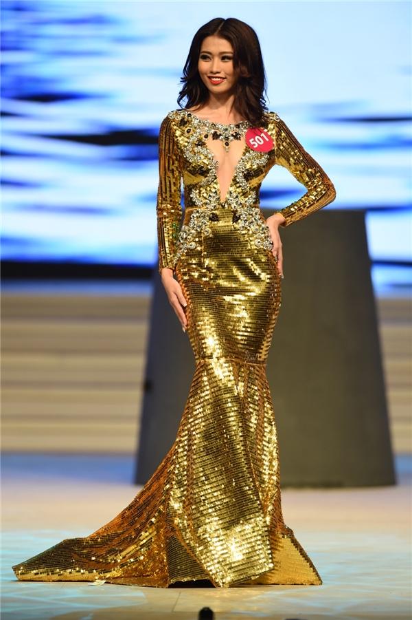 Quỳnh Châu lộng lẫy trong bộ váy ánh kim vàng chóe.