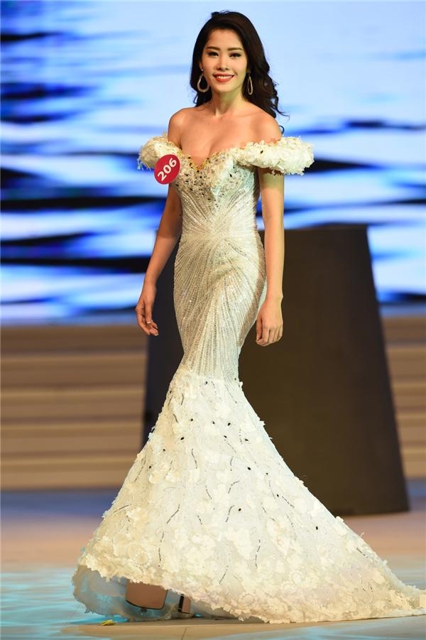 Đa phần các thí sinh đều chọn dáng váy đuôi cá hoặc xẻ tà nhằm thể hiện tối đa vẻ đẹp hình thể.