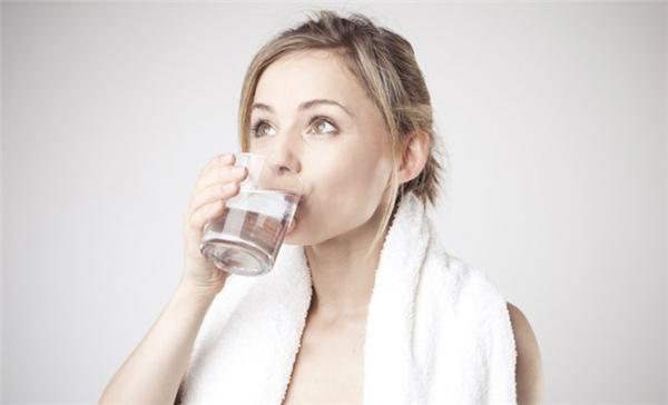 Bên cạnh đó, uống một cốc nước vào buổi tối cũng làm giảm nguy cơ đột quỵ. (Nguồn: Internet)