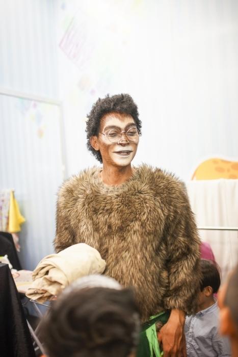 Khương Ngọc tiếp tục thể hiện sự sáng tạo khi xung phong làm xấu mình trong hình tượng một con khỉ đột khôi hài để phụ diễn cho bé Ben. - Tin sao Viet - Tin tuc sao Viet - Scandal sao Viet - Tin tuc cua Sao - Tin cua Sao