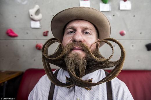 Bộ râu bắt chéo và cuốnxoăn kì công. (Ảnh: Getty Images)