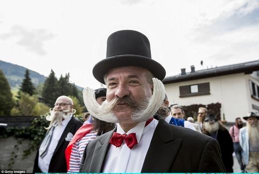 Quý ông với bộ râu bạc bẻ cong ra 2 bên. (Ảnh: Getty Images)