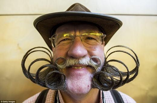 Lịch lãm với bộ râu xoắn nhiều vòng, nhưng khi đi ngủ thì sao nhỉ? (Ảnh: Getty Images)