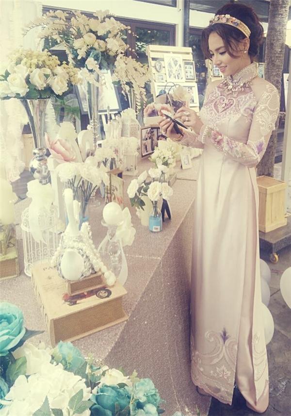 Vốn yêu thích phong cách ngọt ngào, nữ tính, Đinh Ngọc Diệp chọn lựa bộ áo dài có tông hồng phấn. Thiết kế được thực hiện trên nền chất liệu lụa cao cấp mang đến vẻ ngoài sang trọng, thanh lịch cho nữ diễn viên xinh đẹp.