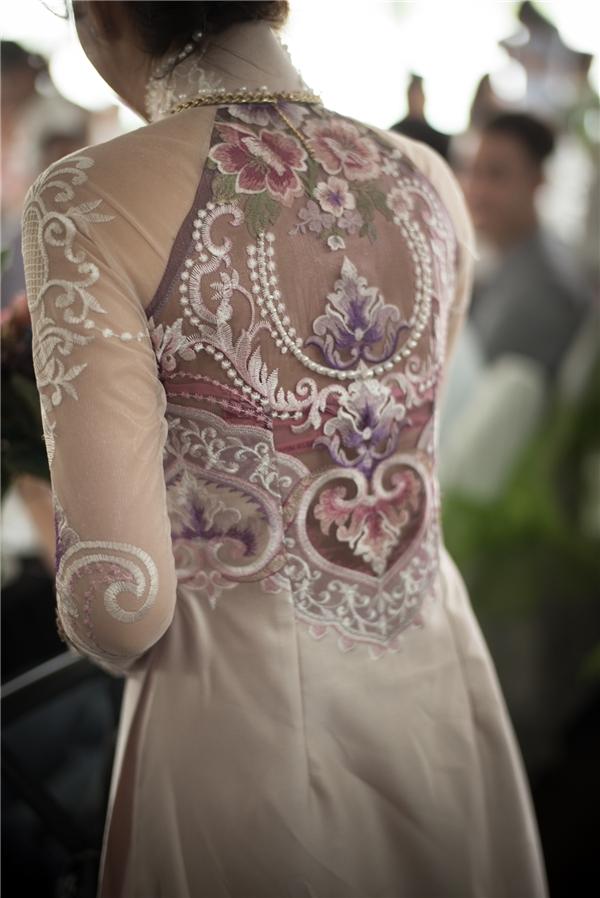 Phần lưng sau là sự kết hợp hài hòa giữa chất liệu xuyên thấu cùng chi tiết thêu tay, đính kết.