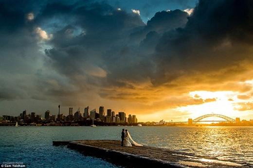 Nhiếp ảnh gia không chuyên Sam Yeldham đã gây sốt với bức ảnh cưới tuyệt đẹp.