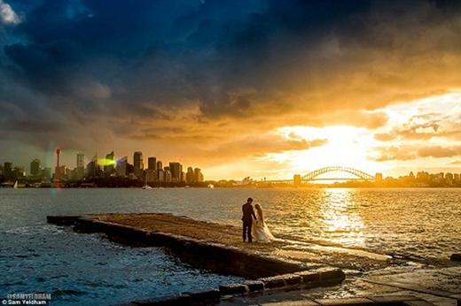 Nhiếp ảnh gia Yeldham đang thực hiện những bức ảnh phong cảnh về Sydney thì bị thu hút bởi cặp đôi này.