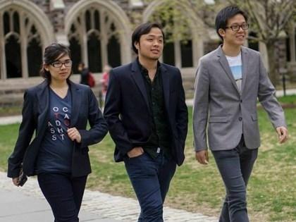 Châu Thanh Vũ (giữa) cùng bạn tại sân trường ĐH Harvard.