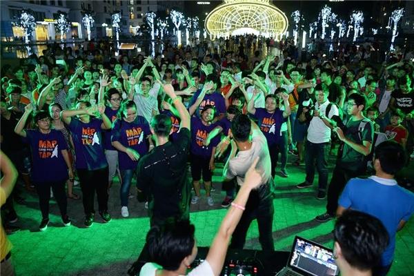 Hàng trăm bạn trẻ yêu âm nhạc đến tham dự buổi biểu diễn.