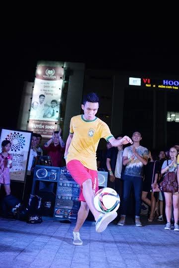 Ngoài ra còn có những màn biểu diễn bóng đá nghệ thuật sôi động