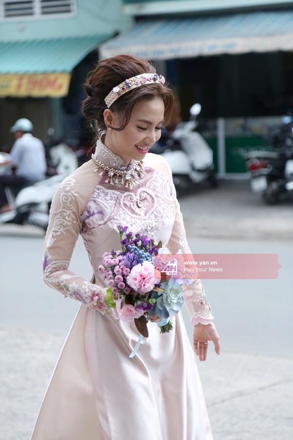 Cô dâu Đinh Ngọc Diệp xuất hiện rạng rỡ trong tà áo dài hồng cùng đóa hoa tươi thắm. - Tin sao Viet - Tin tuc sao Viet - Scandal sao Viet - Tin tuc cua Sao - Tin cua Sao