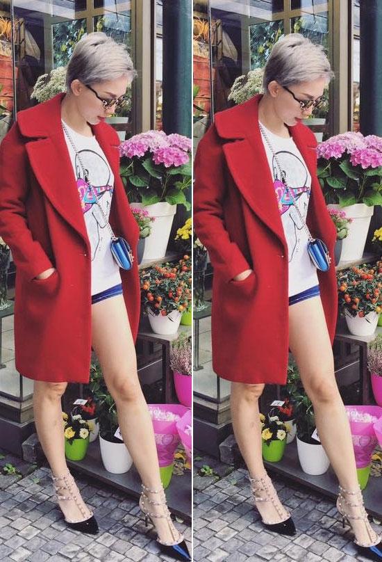 Bộ đồ hè với áo phông và quần short bên trong đi cùng áo khoác choàng đỏ ngoài như nữ ca sĩ Tóc Tiên chưabaogiờ bị lạc mốt.