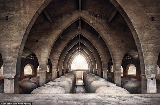 Ánh ban mai trải một luồng sáng ấm áp lên mái vòm đá trong thánh đường Cathedral de Vino, Tây Ban Nha – nơi Jan đã đến vào năm 2013.(Nguồn: Jan Stel)