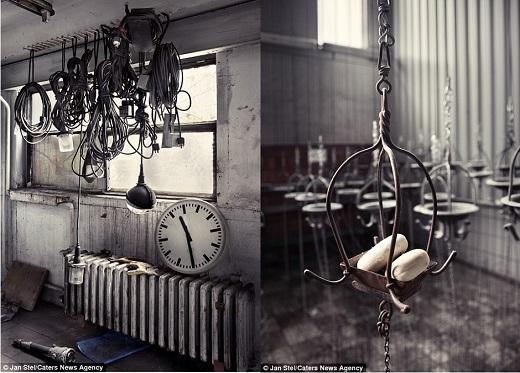 Những thiết bị điện cũ kĩ và chiếc lồng sắt được treo trên trần trong một nhà máy ở Đức.(Nguồn: Jan Stel)