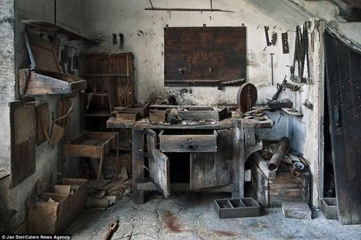 Những vật dụng đóng bụi nằm vương vãi trên bàn đã nằm đấy kể từ thời hưng thịnh nhất của nhà máy dệt may Tây Ban Nha.(Nguồn: Jan Stel)