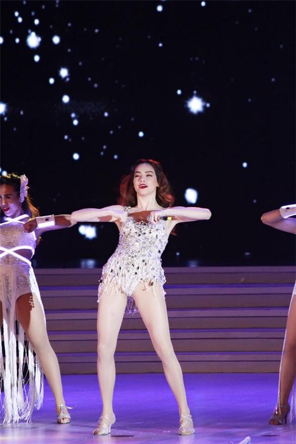 Bên cạnh giọng hát, người đẹp còn khoe khả năng vũ đạo đầy uyển chuyển và quyến rũ trên sân khấu. - Tin sao Viet - Tin tuc sao Viet - Scandal sao Viet - Tin tuc cua Sao - Tin cua Sao