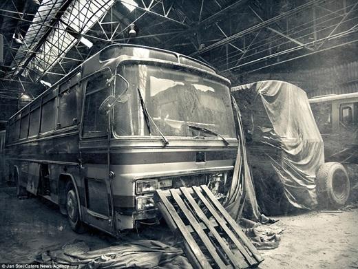 Bãi xe cũ ở Pháp cho ta một cái nhìn toàn diện về phương tiện công cộng xưa và nay.(Nguồn: Jan Stel)