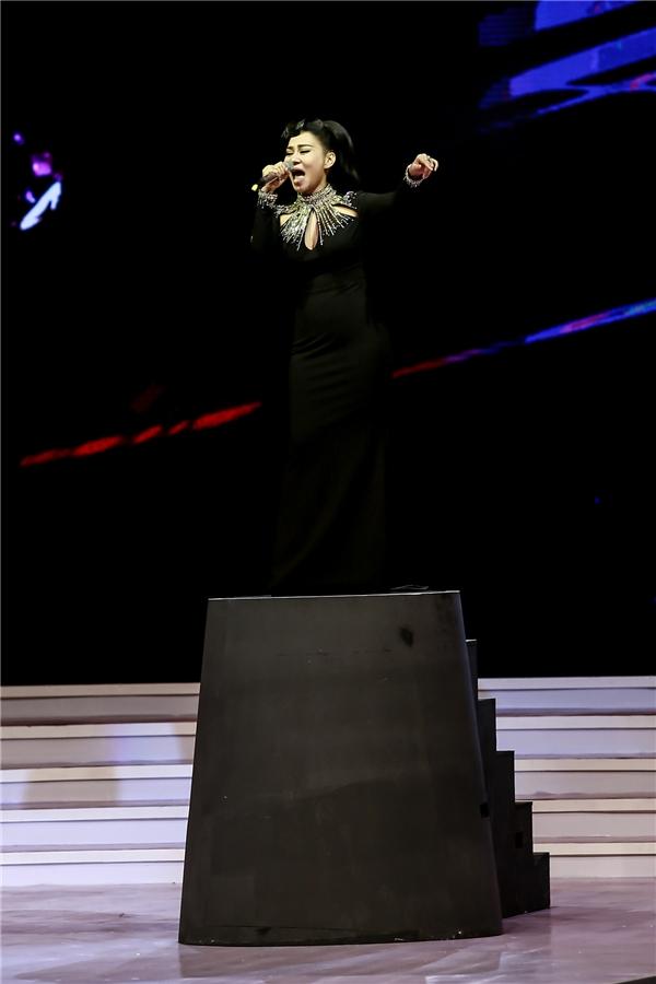 Nữ ca sĩ đứng trên bục cao nom hệt như một nữ diva quyền lực. - Tin sao Viet - Tin tuc sao Viet - Scandal sao Viet - Tin tuc cua Sao - Tin cua Sao
