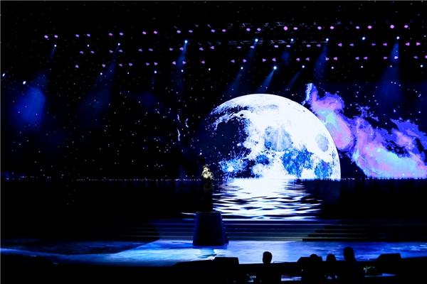 Thu Minh xuất hiện đầy ấn tượng trong đêm chung kết Hoa hậu Hoàn Vũ 2015. - Tin sao Viet - Tin tuc sao Viet - Scandal sao Viet - Tin tuc cua Sao - Tin cua Sao