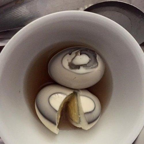 Hình ảnh trứng gà chuyển màu đen được chị N.T.T. H chia sẻ.