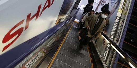 Đi thang cuốn cũng phải có qui tắc đấy nhé, không phải muốn đi sao là đi đâu. Nếu ở Tokyo, mọi người đứng về phía tay trái thì ở Osaka, người ta sẽ đứng về phía tay phải.(Nguồn: Internet)