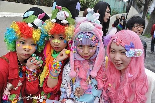 Ở Nhật, hễ ai mang màu tóc đen thì chắc chắn là học sinh, sinh viên và nhân viên văn phòng. Tóc màu nâu hoặc một số màu trầm khác thì sẽ là những người làm nghề tự do, không phải bó buộc trong môi trường công sở, còn màu tóc siêu sặc sỡ chỉ có thể là những cô nàng Harajuku mà thôi.(Nguồn: Internet)