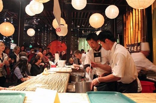 Tuy nhiên, đi cùng với bia miễn phí là điều kiện chỉ cho khách dùng bữa trong vòng 2 tiếng đồng hồ mà thôi. Bởi cuối tuần, các nhà hàng ở Nhật đều rất đông.(Nguồn: Internet)