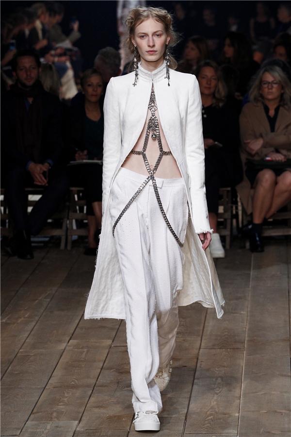 Những chiếc quần âu ống suông nay đã không còn nhàm chán, đơn điệu khi được chọn phối cùng áo blazer dáng dài cách điệu. Phần đai thắt ánh kim chính là điểm nhấn khá thú vị trên cácmẫu thiết kế này.