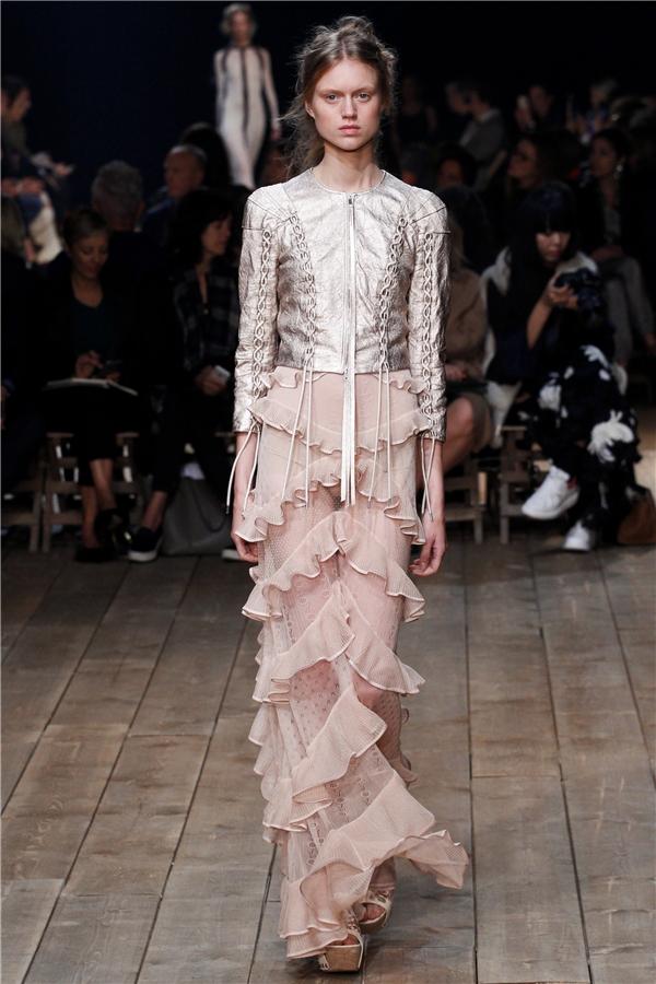 Ngoài hai tông màu trung tính trắng, đen, Alexander McQueen mang đến sự nhẹ nhàng, ngọt ngào qua những tông màu nhạt hay pastel cổ điển.