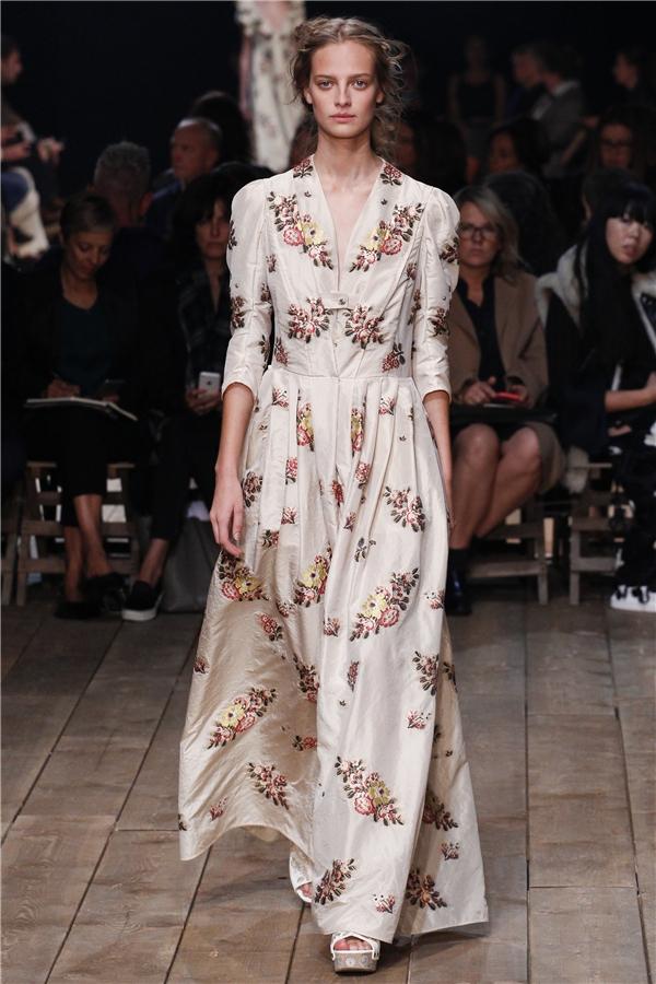 Mặc dù mang tinh thần của thời trang hiện đại nhưng các thiết kế vẫn phảng phất dư vị của phong cách cổ điển qua dáng váy xòe dài hay phần cầu vai bồng, cổ lọ đặc trưng.