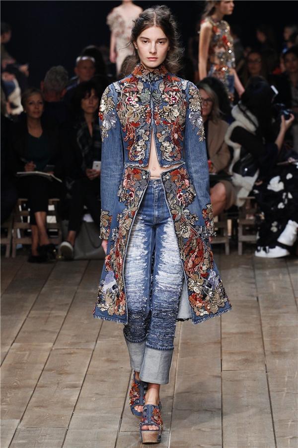 Chất liệu jeans cũng được ứng dụng trong bộ sưu tập này mang lại tinh thần phóng khoáng, năng động.