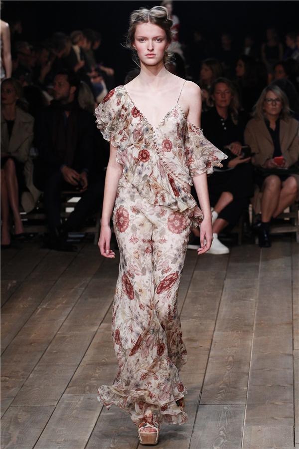Những thiết kế với chất liệu voan lụa mềm rũ cùng hoạ tiết hoa lá đậm chất nữ tính. Đây cũng là một trong những đặc trưng cơ bản của thời trang Xuân - Hè.