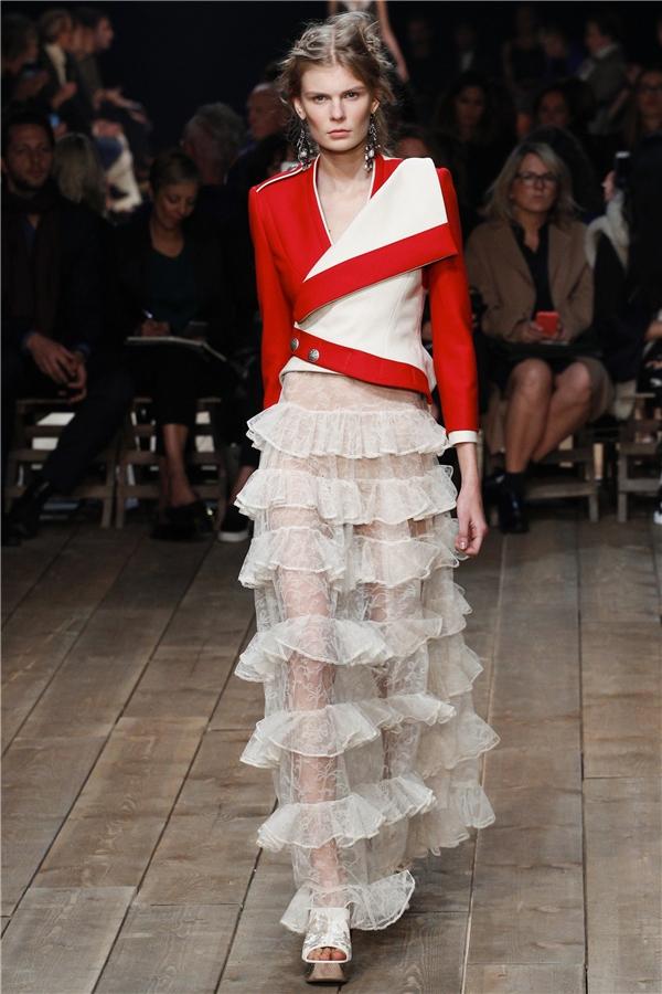 Những chiếc áo blazer, măng tô được cách điệu hiện đại, lạ mắt bởi đường cắt tinh xảo cùng cách dựng phom hiện đại. Song đó, tông màu nổi cũng tạo nên sự thu hút hơn cho những mẫu thiết kế.