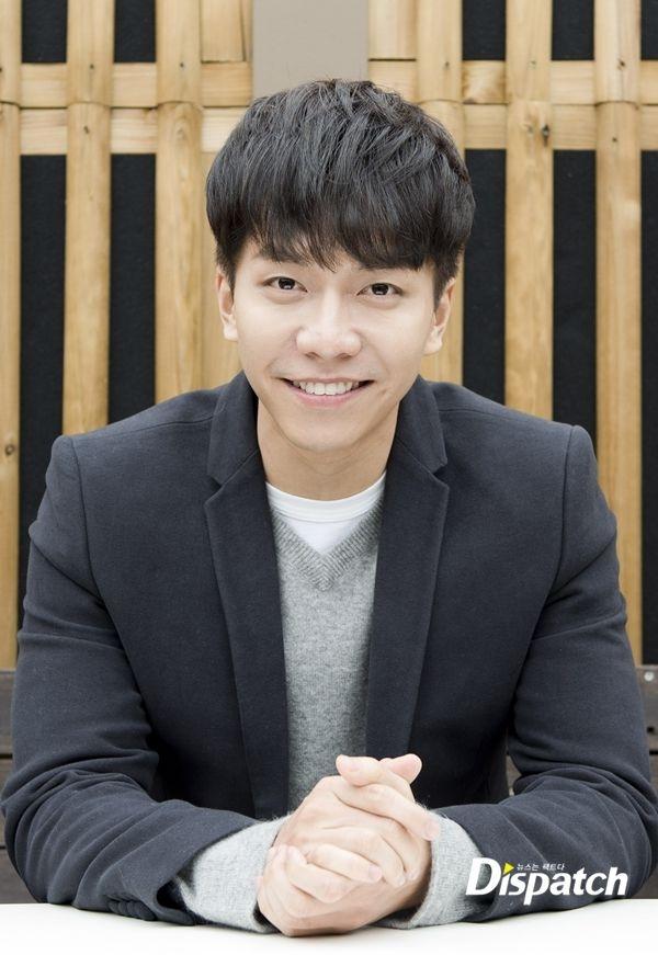 """Nhan sắc thời phổ thông so với hiện tại của Lee Seung Gi dường như không có nhiều thay đổi. Vẫn là vẻ ngoài điển trai, hiền lành dễ dàng chinh phục tình cảm của các fan và những """"bà mẹ vợ"""" khó tính nhất."""
