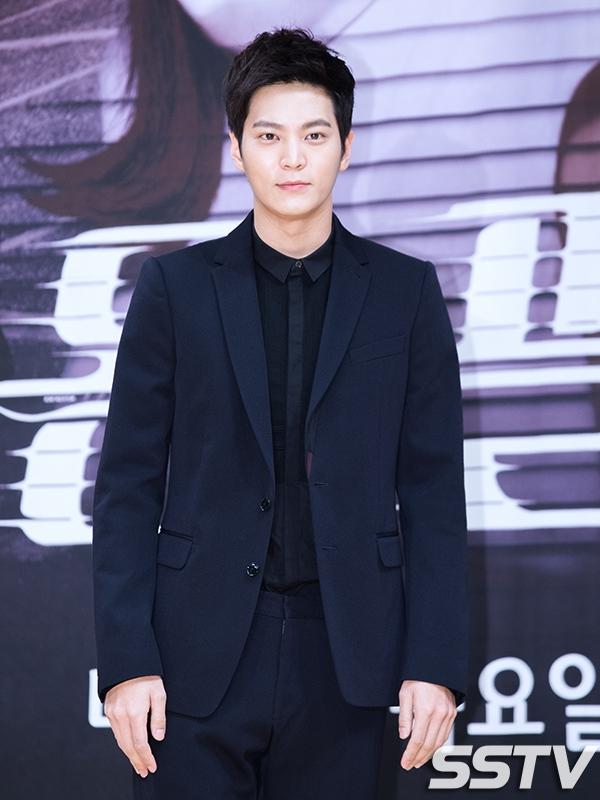 """Nhìn vào nụ cười quen thuộc mang đậm dáng vẻ """"trai tốt"""", khán giả sẽ dễ dàng nhận ra ngay đây chính là """"thiên tài lang băm"""" Joo Won."""