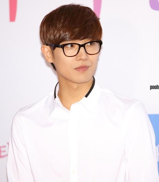 """Không hổ danh là thành viên """"hút fan"""" nhất MBLAQ ngày trước, từ thời trung học, Lee Joon đã bộc lộ vẻ ngoài điển trai cùng đôi mắt hí đặc trưng Hàn Quốc."""