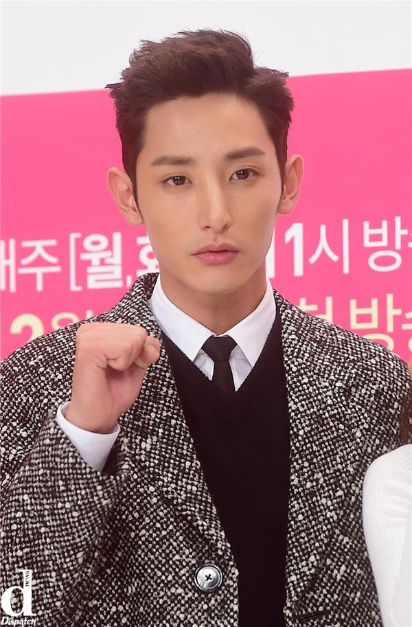"""Từ bé, Lee Soo Hyuk đã toát lên thần thái cao ngạo, lạnh lùng. Chàng """"hoàng tử vampire"""" của sàn catwalk xứ Hàn đang là nhân tố đáng chú ý của làng phim nhờ vẻ ngoài """"đẹp lạ"""" cùng khả năng diễn xuất được đánh giá khá cao."""