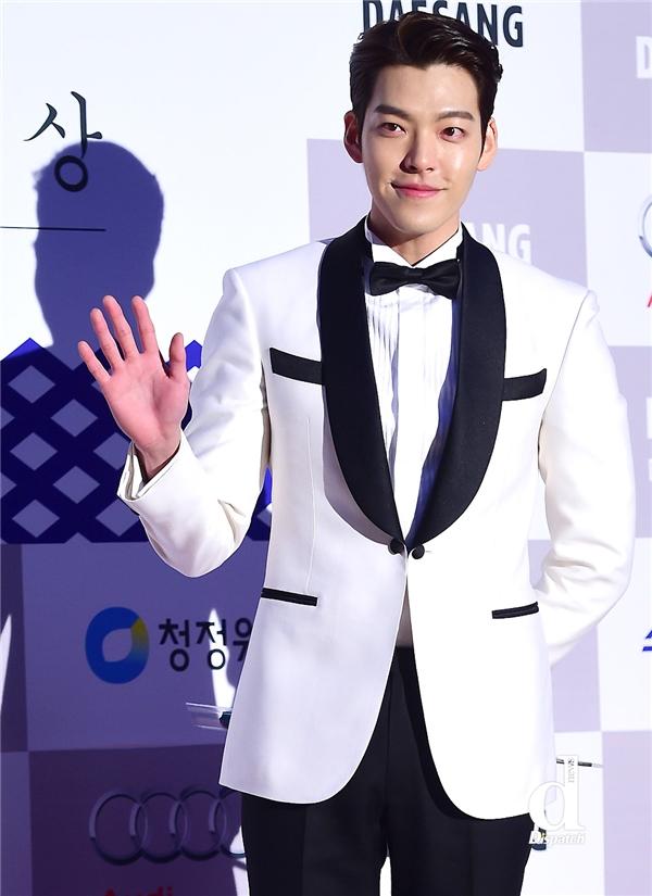 """Kim Woo Bin được biết đến như một mĩ nam sở hữu vẻ ngoài """"khủng long"""". So với nhan sắc hiện tại, nhiều người không khỏi tỏ ra ngỡ ngàng vì sự thay đổi gần như hoàn toàn các đường nét trên gương mặt của anh."""