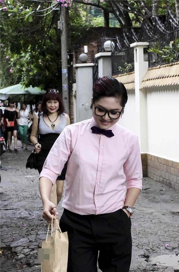 """Đến muộn 30 phút vì lí do thời tiết nhưng """"cô nàng đẹp trai"""" Vicky Nhung đã nhanh chóng khiến khán giả """"hạ hỏa"""" vì sự đáng yêu của mình. - Tin sao Viet - Tin tuc sao Viet - Scandal sao Viet - Tin tuc cua Sao - Tin cua Sao"""
