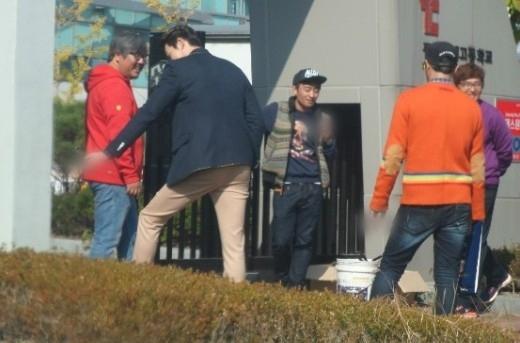 """Từng """"mạnh miệng"""" tuyên bố thuốc lá có hại cho sức khỏe nhưng Kim Woo Bin lại bị bắt gặp """"phì phèo"""" điếu thuốc trên tay khi đang say sưa trò chuyện cùng nhân viên đoàn làm phim. Hình ảnh này khiến nam diễn viên mất điểm khá nhiều trong mắt fan và khán giả."""