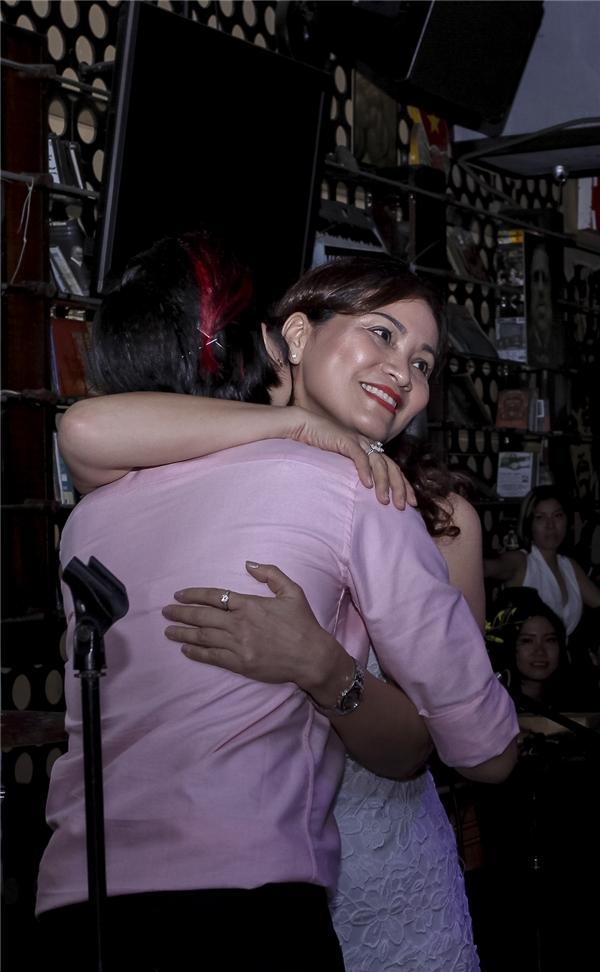 Cô nàng xúc động ôm chầm lấy mẹ sau khi nghe lời động viên đặc biệt. - Tin sao Viet - Tin tuc sao Viet - Scandal sao Viet - Tin tuc cua Sao - Tin cua Sao
