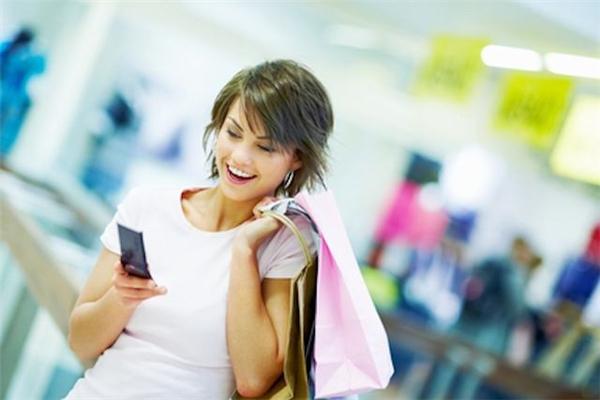Giả bộ chú tâm vào điện thoại cũng là cách mà con gái chọn để tránh ánh mắt thương hại từ bạn bèkhi một mối quan hệ đổ vỡ. (Ảnh minh họa- Nguồn: Internet)