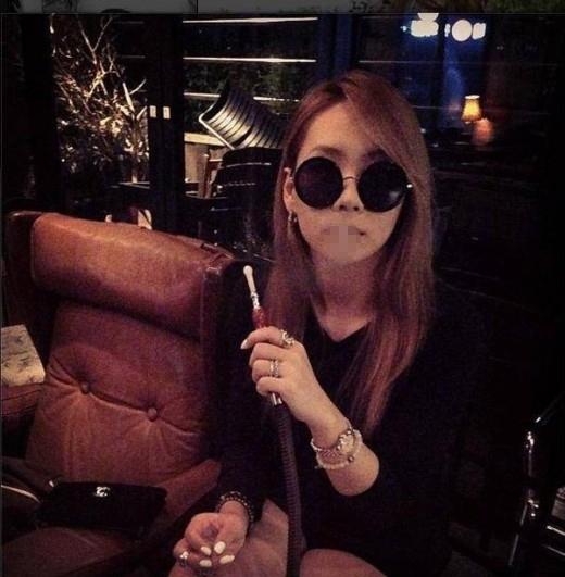 """CL (2NE1) từng nhận khá nhiều """"gạch đá"""" xung quanh bức hình cầm trên tay ống thuốc hookah (shisha) - hình thức hút thuốc đang thịnh tại một số quốc gia trên thế giới -do chính cô chia sẻ. Đa số đều cho rằng cô nàng nên giữ kẽ vì là người của công chúng và có thể ảnh hưởng đến các fan nhỏ tuổi."""