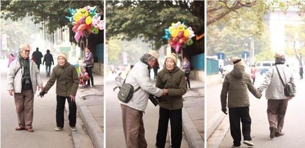 Bức hình được chụp lại từ những ngày Tết Hà Nội cách đây khá lâu, hai cụ nắm tay nhau đi trên đường vô cùng hạnh phúc đã làm đông đảo mọi người ngưỡng mộ. (Ảnh: Internet)