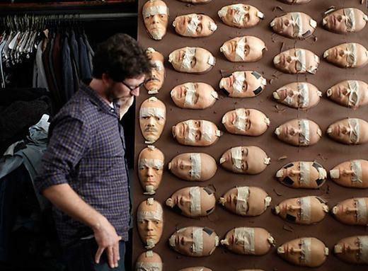 ... người ta sẽ dán những mặt nạ lên chúng.(Ảnh: Internet)